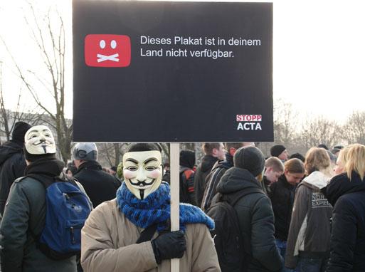 """示威者戴着黑客团体""""匿名者""""的面具"""